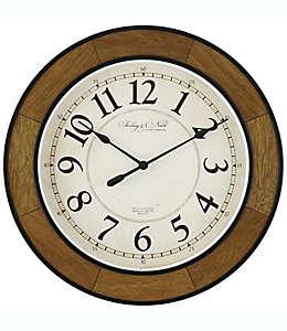 Reloj de pared de madera Sterling & Noble® color café nogal