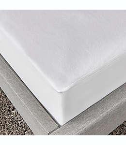Cubre colchón queen de poliéster Simply Essential™ a prueba de agua