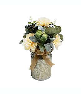 Flores artificiales con florero de metal